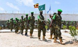 Des soldats ougandais participe à une cérémonie de remise des médailles à Mogadiscio, en Somalie, en juillet 2018, après avoir servi une année au sein de la Mission de l'Union africaine en Somalie (AMISOM).