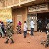 Walinda amani wa MINUSMA washika doria nchini Mali wakati wa upigaji kura.