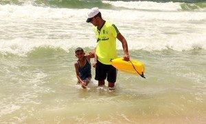 حارس إنقاذ بحري، أحد المستفيدين من برنامج التشغيل الطارئ لخلق فرص عمل للشباب في قطاع غزة الذي ينفذه برنامج الأمم المتحدة الإنمائي.