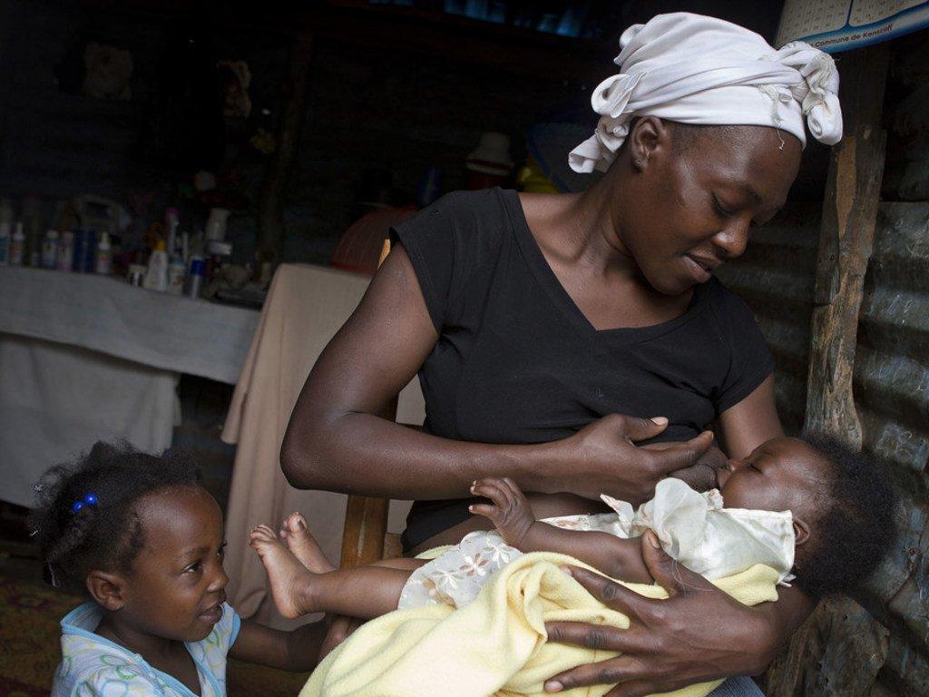 Masita Lemorin mwenye umri wa miaka 26 akimyonyesha mwanae mwenye umri wa miezi 4 huko Port au Prince nchini Haiti