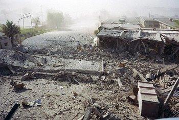 Vue partielle de l'extérieur du siège des Nations Unies à Bagdad, détruit par un camion piégé le 19 août 2003.