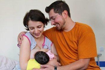 Родители с новорожденным ребенком в Республиканском роддоме в Ереване, Армения