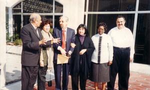 عصام الخانجي (أقصى اليمين) مع زملائه من مكتب المنسق الإنساني في العراق قبل تفجير عام 2003.
