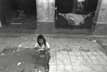 Девочка из числа перемещенных лиц в центре столицы Никарагуа