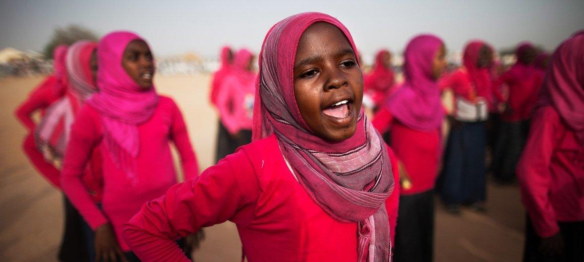 Wanafunzi wa kike huko El Sereif jimbo la Darfur wakicheza ngoma wakati wa tukio la kitamaduni na michezo shuleni kwao.