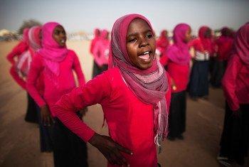 Niñas en una escuela de Darfur cantan y bailan durante un evento organizado por la Misión de la ONU en Darfur