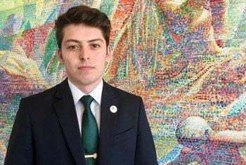 O brasileiro Israel Rocha discursou em nome do seu país na cimeira anual da Juventude pelos Direitos Humanos Internacional.