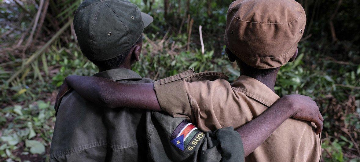 Deux enfants libérés par des groupes armés au Soudan du Sud se soutiennent lors d'une cérémonie de libération à Yambio avant d'entamer un processus de réintégration.