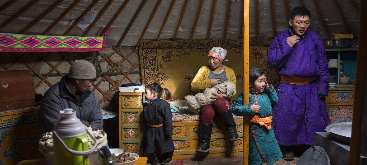 蒙古一名32岁的妇女正在对其出生8天的新生儿进行母乳喂养。