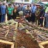 Bouar, en République centrafricaine : des armes collectées dans le cadre du programme de réduction de violences communautaires sont incinérées et entérées dans le cadre d'une cérémonie (archive)