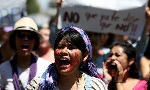 Mujeres marchan en Ciudad de México para protestar en contra de los femenicidios.