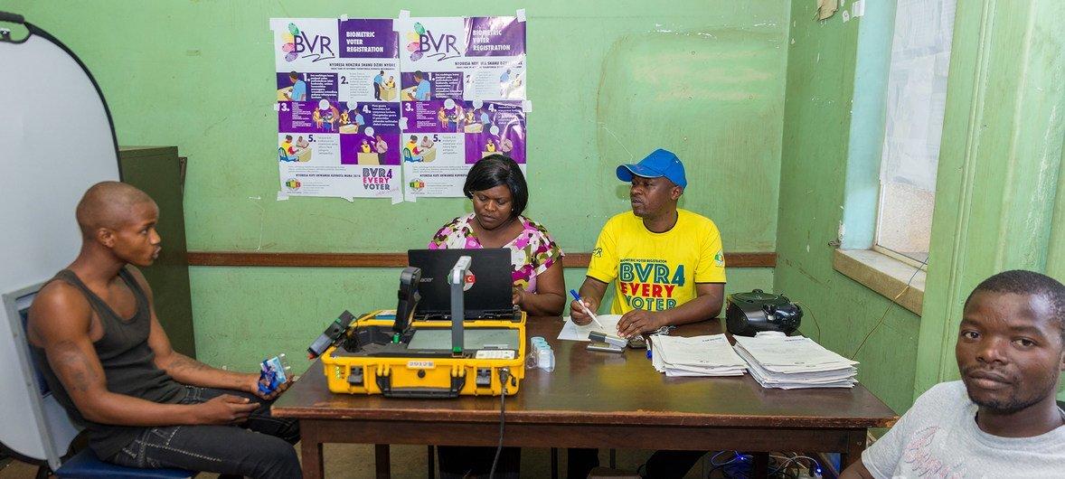 19-летний житель Зимбабве - в центре регистрации избирателей в Хараре. Он впервые в своей жизни примет участие в выборах.