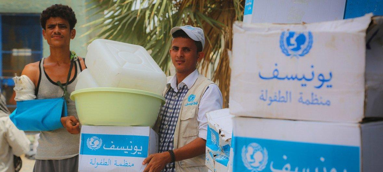 ЮНИСЕФ доставляет и распределяет товары гуманитарной помощи в Ходейде в июне 2018 года