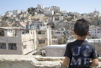 12 июля 2018 года - восьмилетний Хамид на крыше своего дома в городе Хеврон, где введены серьезные ограничения на передвижения людей. По дороге в школу дети должны пересекать один, а то и несколько пунктов пропуска.