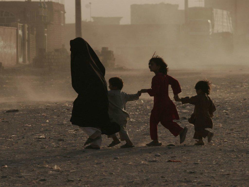 Une famille s'enfuie dans une rue d'Hérat, en Afghanistan (photo d'archives).