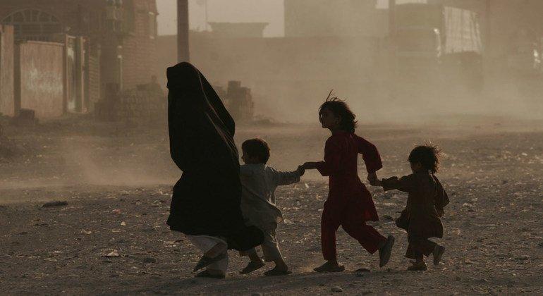 Вспышка насилия в Афганистане привела к массовым переселениям.