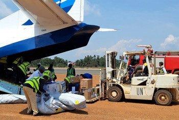 عمال الشحن يقومون بتفريغ الإمدادات الطبية لمكافحة تفشي مرض الإيبولا في جمهورية الكونغو الديمقراطية في منطقة مافيفي في مقاطعة كيفو الشمالية في آب / أغسطس 2018.