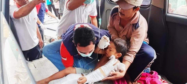La Cruz Roja en Indonesia evacúa niños de la isla de Lombok tras el terremoto del 5 de agosto.