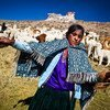 Una joven de Nuñoa, indígenas en parte quechuas de Perú, hila alpaca a mano.