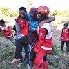 Сотрудники Красного Креста оказывают помощь пострадавшим от землетрясения индонезийцам