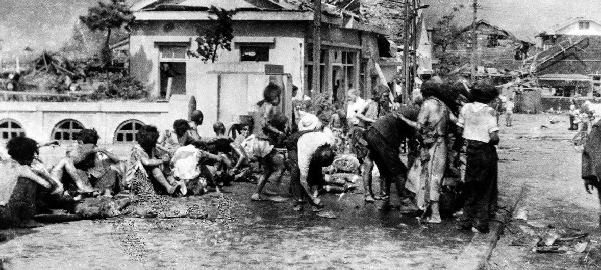 بعد أن فروا من الجحيم المستعر، تجمع المدنيون المصابون على أحد الأرصفة غربي ميوكي باشي في هيروشيما، اليابان، حوالي الساعة 11 صباح يوم 6 آب/أغسطس 1945.