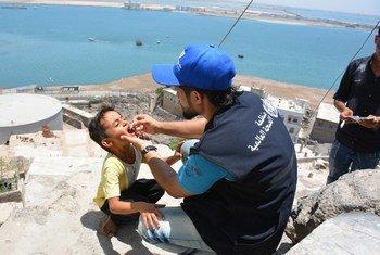 Un garçon est vacciné contre le choléra, à Aden, au Yémen, le 7 mai 2018.