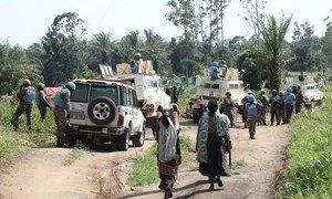 Walinda amani wa MONUSCO kutoka Afrika Kusini wakiwa na raia wakati wa doria huko Kivu Kaskazini