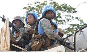 Doria kutoka juu ya kifaru ikifanywa na walinda amani wa kike kutoka Afrika Kusini walio kwenye ujumbe wa Umoja wa Mataifa nchini DRC, MONUSCO