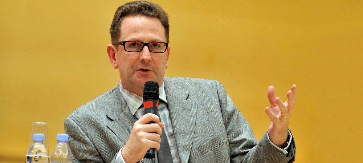 Эндрю Клапхэм, профессор международного права выступает в ООН в Женеве