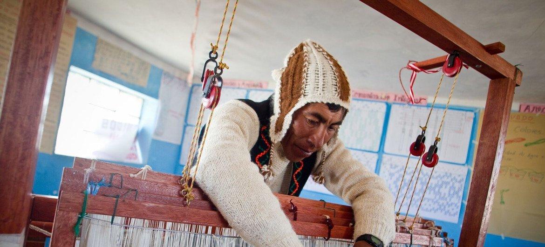 从事这些项目的农村妇女正在改善现有的生计,并确保下一代的未来。曼赞 (Santa Francisca Manzan)每天都要行驶几公里去寻找最好的安第斯高原牧场。她边走路边旋转手中的羊驼毛纺线,同时也旋转着她的未来与希望。