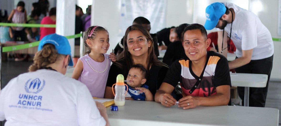 Venezuelanos estão a ser levados da cidade de Boa Vista, em Roraima, para outras partes do Brasil.