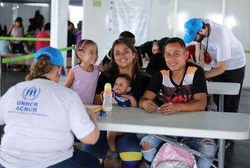 Des Vénézuéliens fuyant les pénuries alimentaires et l'instabilité arrivent dans un centre d'accueil et de documentation à Pacaraima, à la frontière brésilienne.
