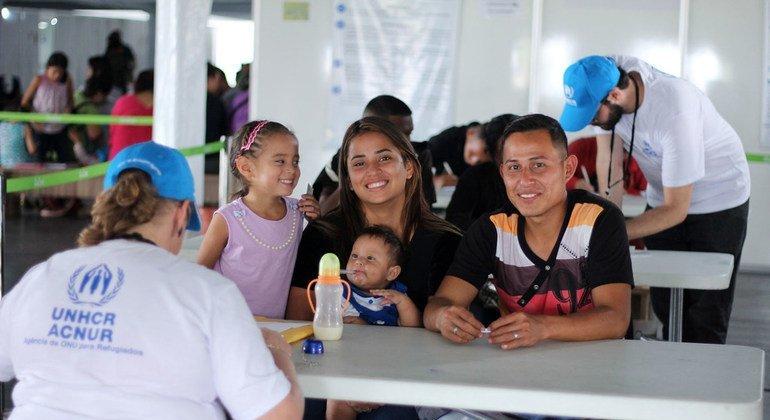Los venezolanos que huyen de su país por el hambre y la inestabilidad llegan a un centro de recepción en Paracaima, en la frontera con Brasil.