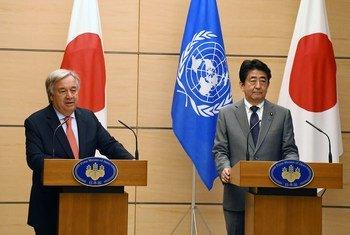 Katibu Mkuu Antonio Guterres  na waziri Mkuu wa Japan Shinzo Abe wakiwa kwenye mkutano na waandishi wa habari Tokyo.