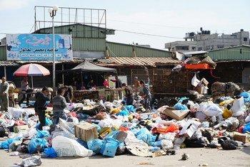 Taka zilizorundikana katika eneo la Ash Sheikh Radwan mjini Gaza. Chakula nacho ni taabu  kupatikana