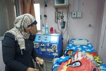 يحي، طفل مريض من غزة، أثناء عملية غسيل الكلى في مستشفى الرنتيسي. شباط/فبراير 2018.