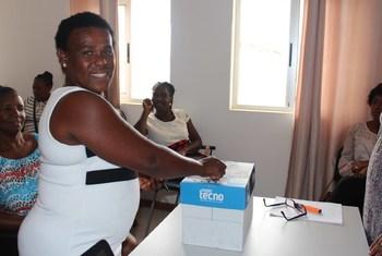 Mulher cabo-verdiana vota para eleger o presidente da Associação Cabo-verdiana de Empregados Domésticos apoiada pela OIT.