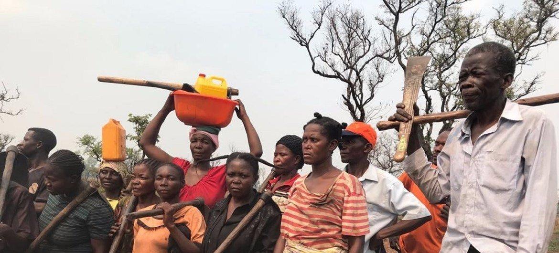 beneficiários receberam parcelas de terra para construir abrigos e instrumentos produzir alimentos