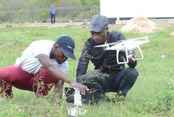Participantes em capacitação para uso de drones melhorar auxílio de emergência em Moçambique.
