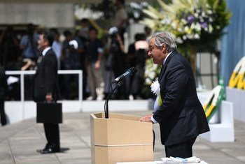 Katibu Mkuu wa UN António Guterres akisoma hotuba yake kwenye kumbukizi ya shambulio la bomu huko Nagasaki nchini Japani