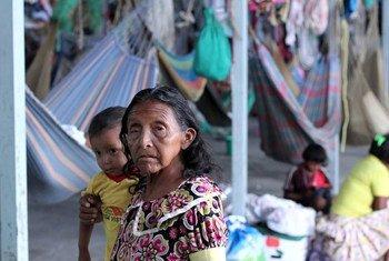 Una mujer y un niño indígenas de Venezuela en un albergue en Pacaraima, Brasil.
