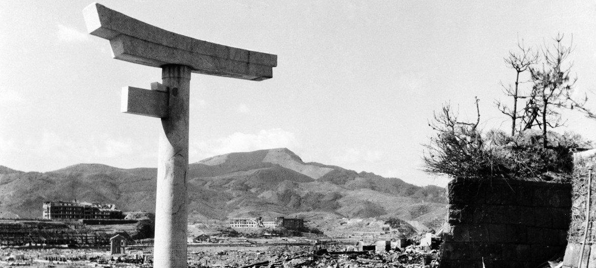 1945 में नागासाकी में हुए परमाणु बम हमले के मुख्य केन्द्र से लगभग 800 मीटर दूर तबाही का मन्ज़र. ये तस्वीर लगभग मध्य अक्टूबर 1945 की है.