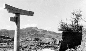 1945年10月中旬,日本长崎距离原子弹爆炸中心800米远的一处废墟。