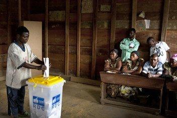 2011年11月,一位选民在刚果民主共和国的总统和立法选举中投票。