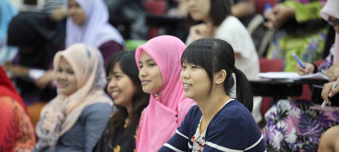 Молодые люди в возрасте от 15 до 24 лет составляют 16 процентов населения планеты