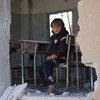طفل سوري يجلس في فصل دراسي في إدلب تدمر جراء الصراع.