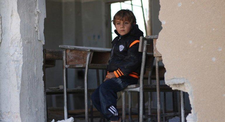 Un niño en el escritorio de una escuela que fue atacada en Idlib, Siria. 2016
