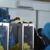 Una diputada del Parlamento Federal de Somalia emite su voto durante la primera vuelta de las elecciones presidenciales en el hangar del aeropuerto de Mogadiscio el 8 de febrero de 2017