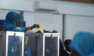 Dans un hangar de l'aéroport de Mogadiscio, une membre du parlement fédéral somalien vote lors du premier tour de l'élection présidentielle, le 8 février 2017.