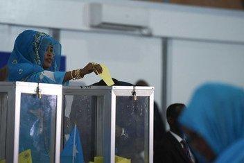 Dans un hangar de l'aéroport de Mogadiscio, une membre du parlement fédéral somalien vote lors de l'élection présidentielle en 2017 (archive)